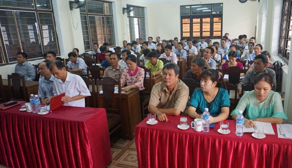 Đại biểu và các học viên tham dự khai giảng lớp Hội nông dân cơ sở năm 2016